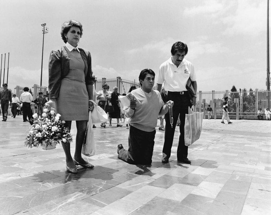 Zwart-wit foto van bedevaarders aan de Basiliek van La Virgen de Guadalupe