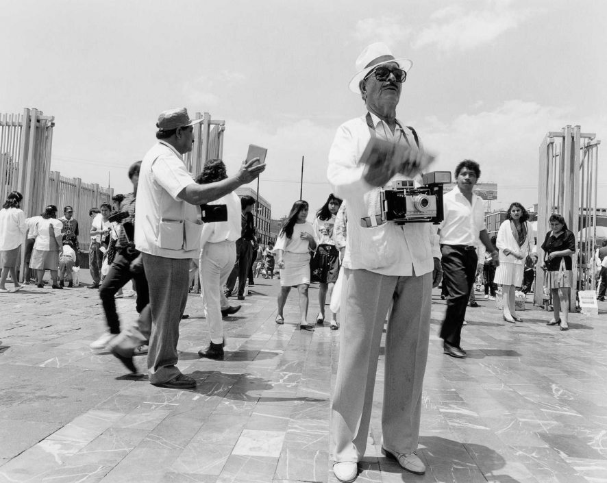 Zwart-wit foto van ronselende fotografen