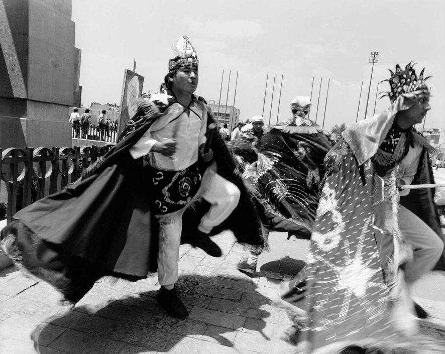 Zwart-wit foto van danser op de Zocalo in Mexico Stad