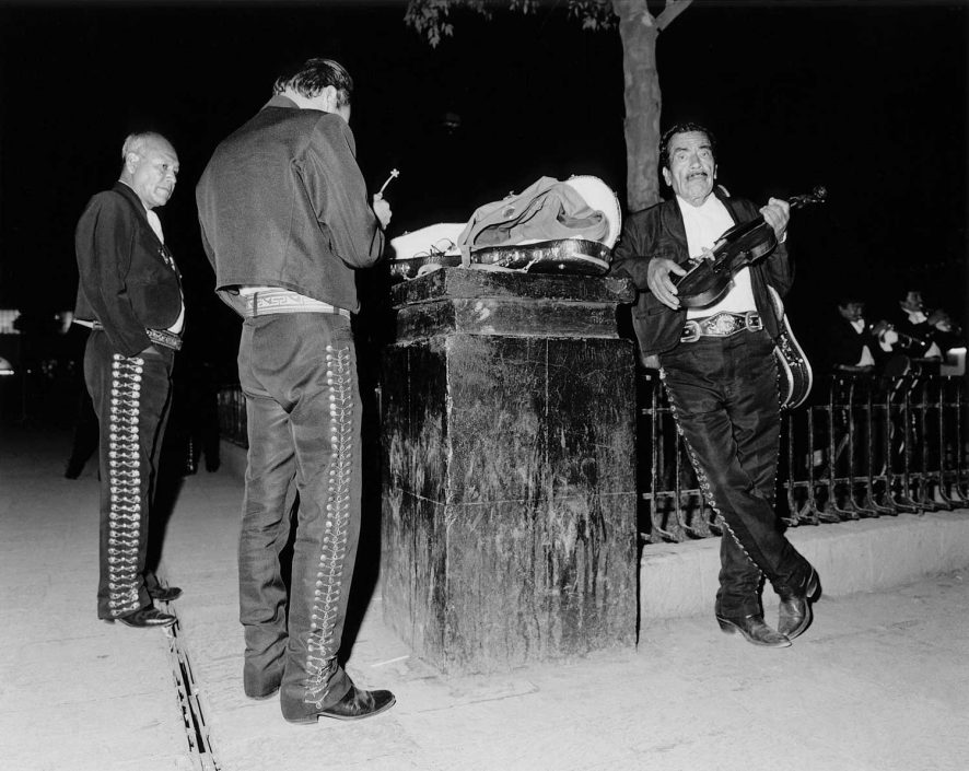 Zwart-wit foto van verveelde mariachi muzikanten