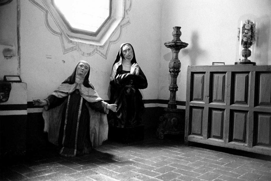Zwart-wit foto van religieuze beelden