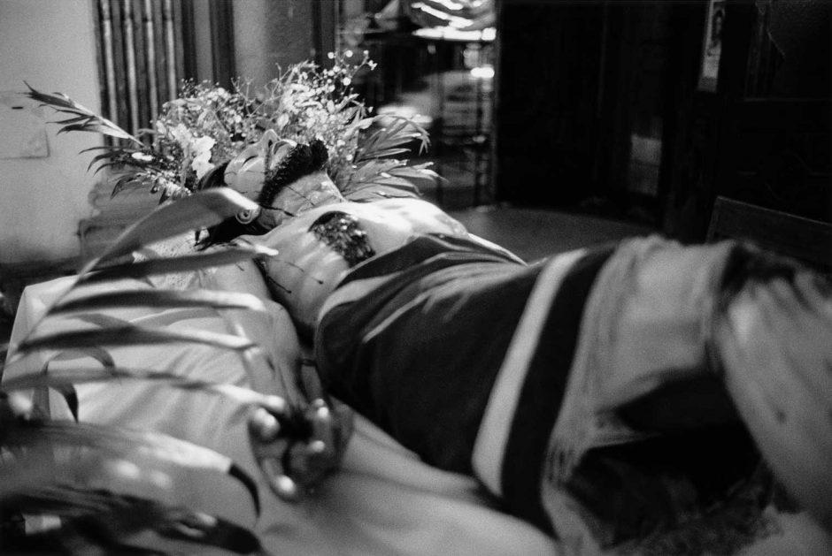 Zwart-wit foto van een beeld van de lijdende Christus