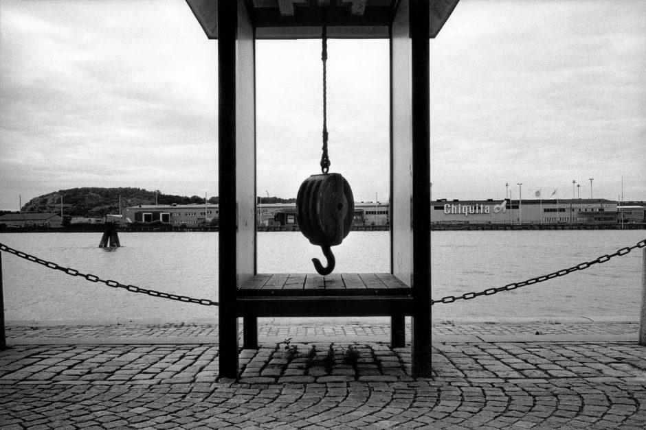 Zwart-wit foto van een oude takelkatrol