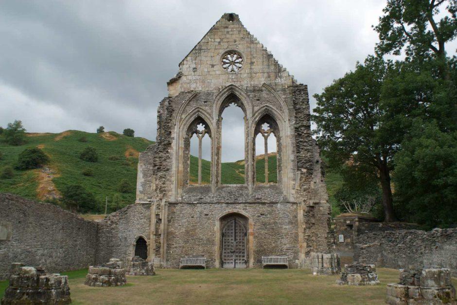 Kleurfoto van de cisterciënzerabdij Valle Crucis in Llangollen, Wales
