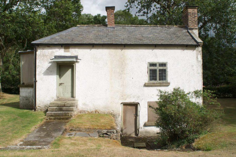 Een kleurfoto van een onderkomen huis