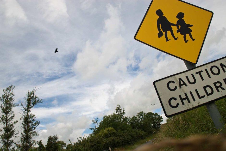 Kleurfoto van een verkeersbord dat waarschuwt voor overtekende kinderen
