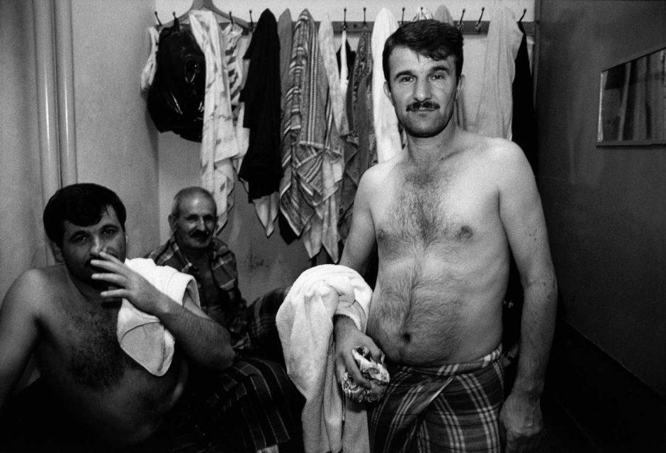 Zwart-wit foto van baders in een hammam in Istanbul