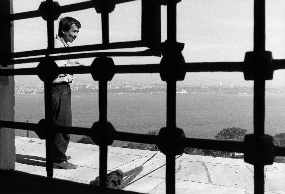 Zwart-wit foto van een visser aan het Topkapipaleis in Istanbull
