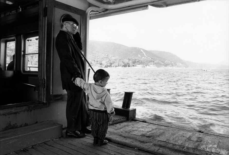 Zwart-wit foto van een oudere man met kind op de Bosporus