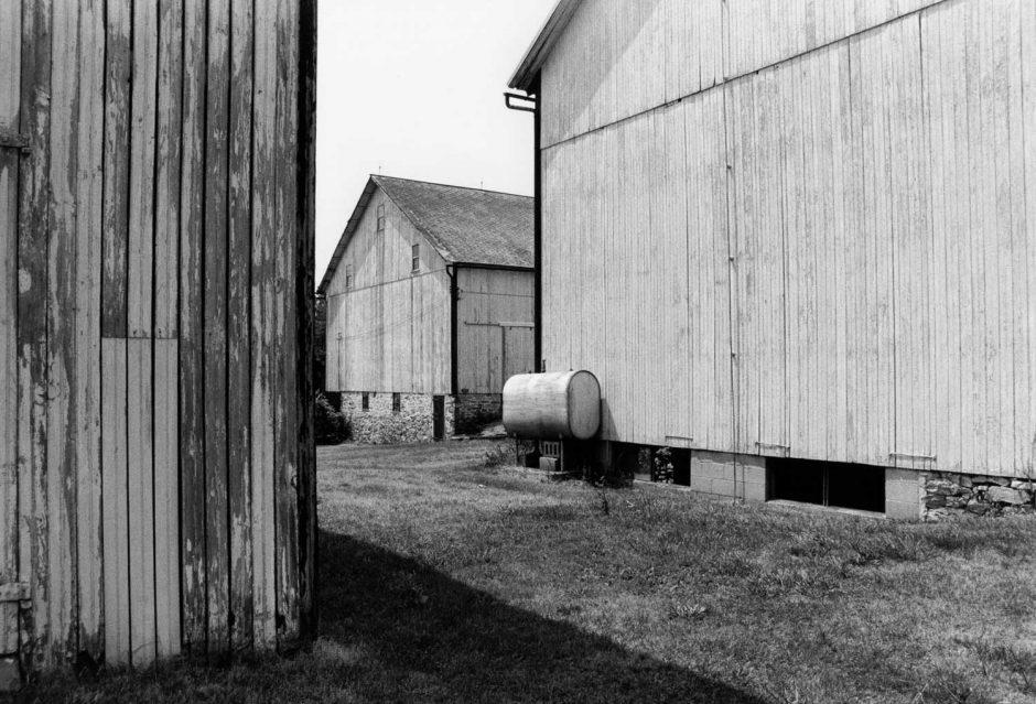 Zwart-wit foto van een drietal schuren