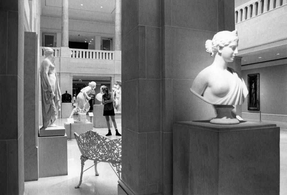 Zwart-wit foto van klassieke beelden in een museum