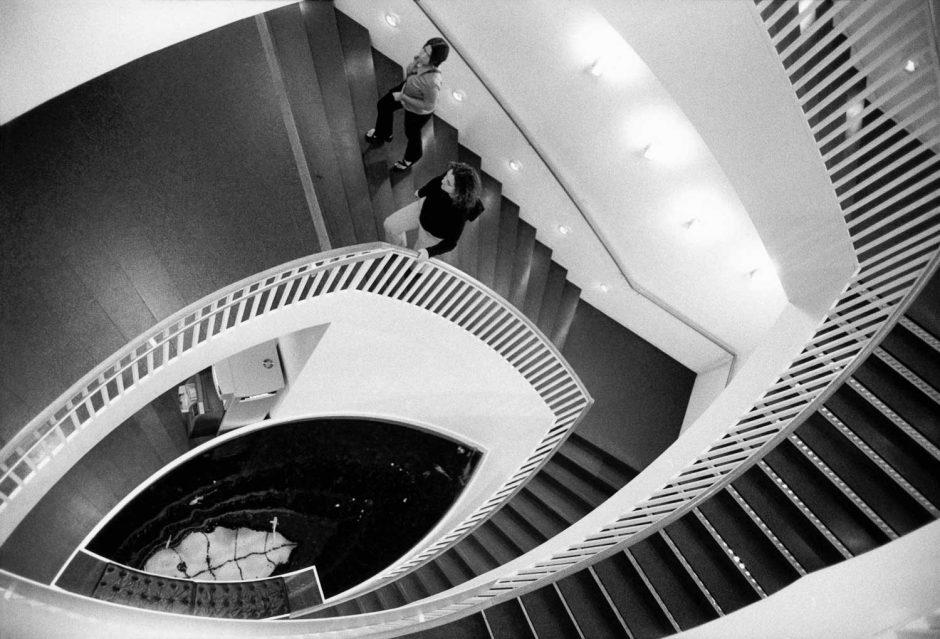 Zwart-wit foto van een aquarium onderin een trapzaal in een museum in Chicago