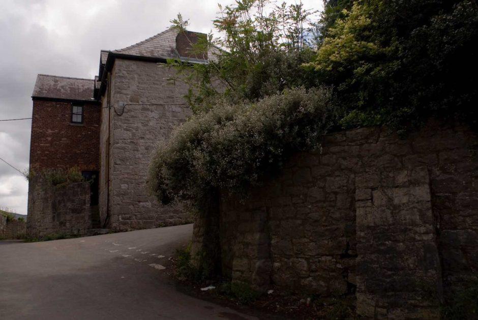Kleurfoto van een donker huis in Ruthin