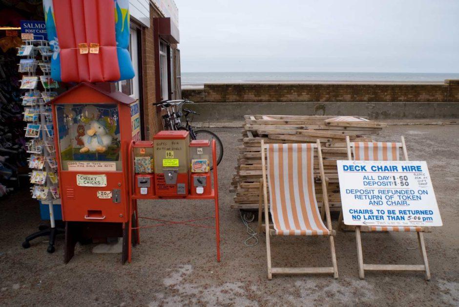 Kleurfoto van strandstoelen in het Rhyl