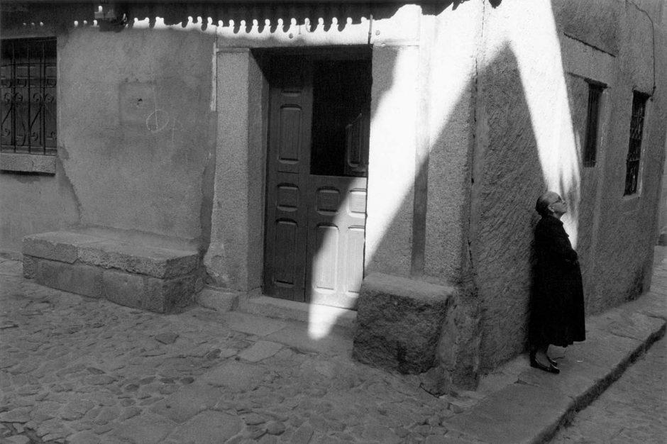 Zwart-wit foto van een oudere dame die op een vriend wacht