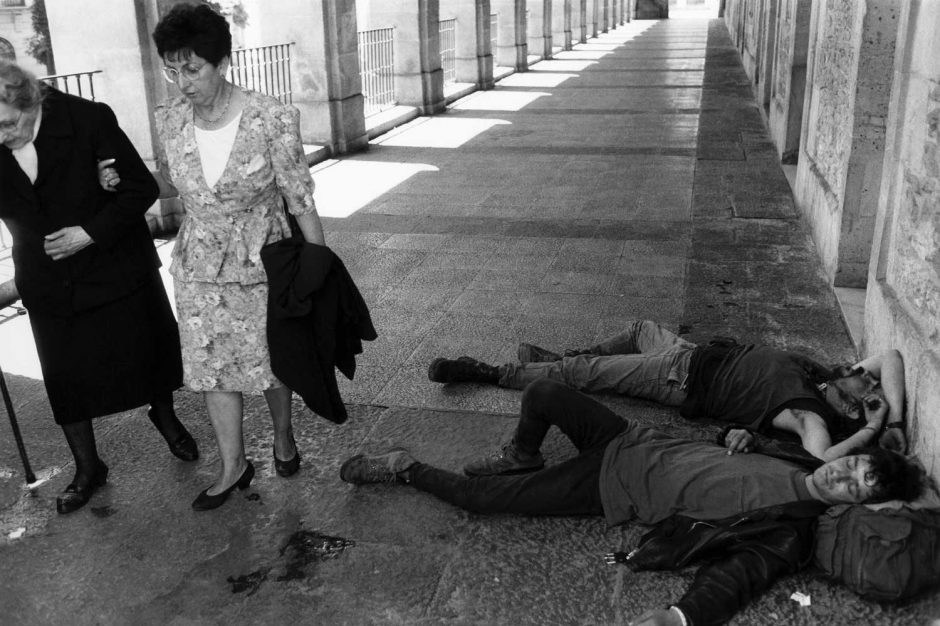 Zwart-wit foto van slapende jongeren