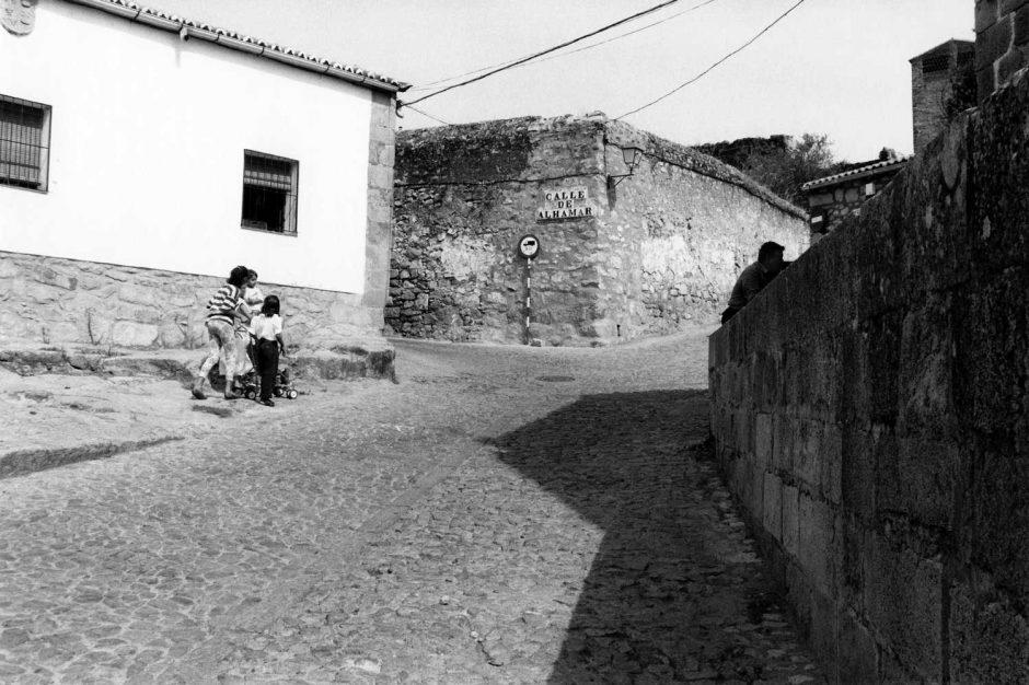 Zwart-wit foto van spelende kinderen