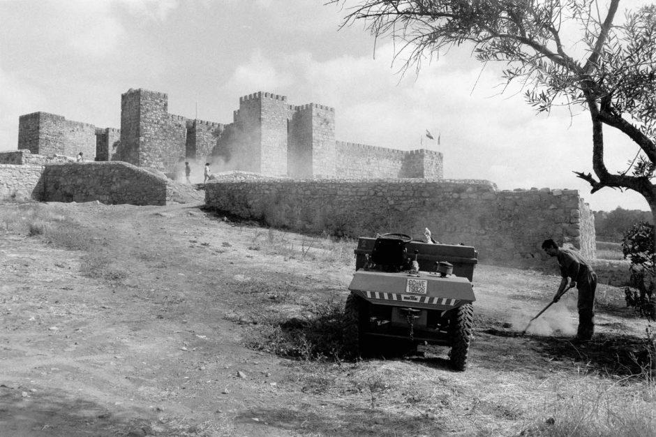 Zwart-wit foto van een tuinman aan werk bij het kasteel van Coca