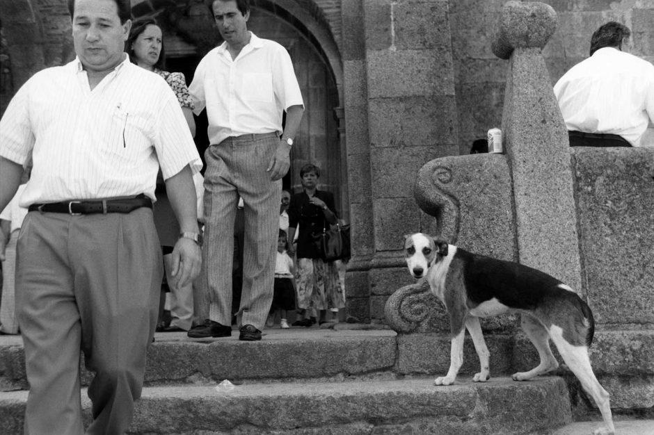 Zwart-wit foto van gelovigen die de kerk verlaten