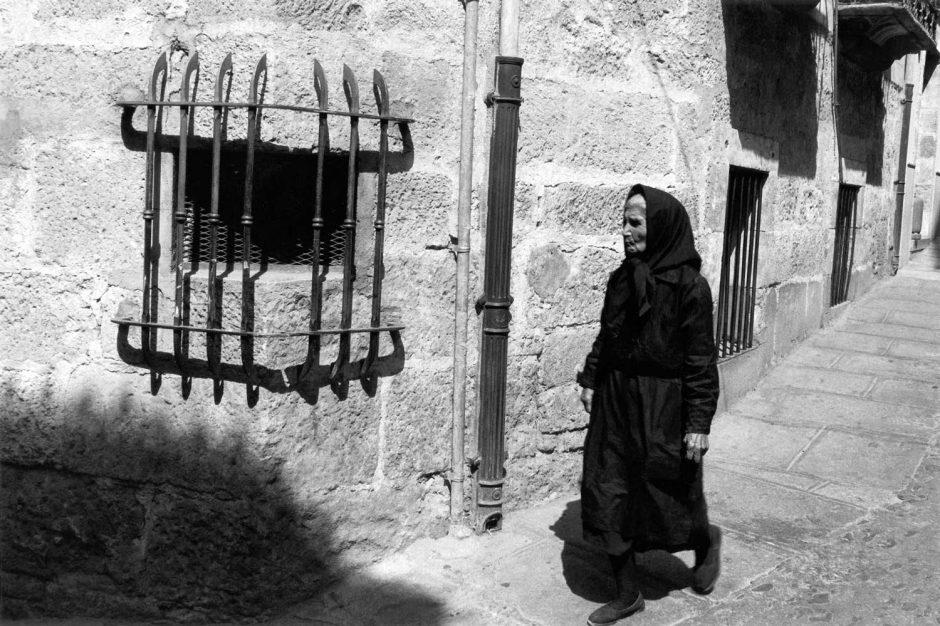 Zwart-wit foto van een vrouw in traditioneel zwart