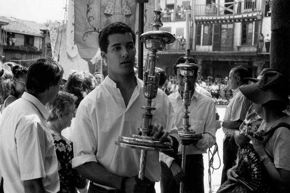 Zwart-wit foto van een jongeman met kandelaar