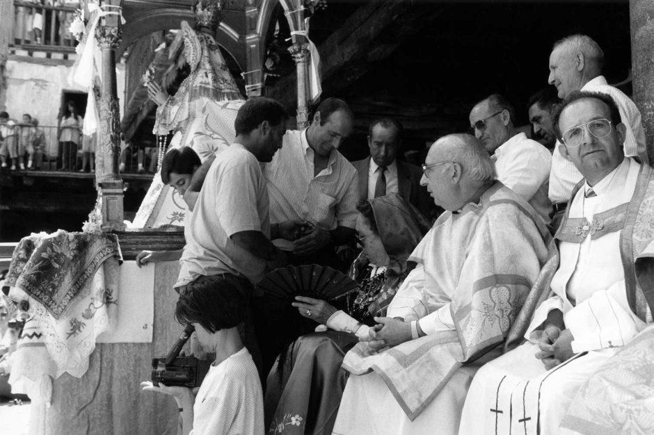 Zwart-wit foto van geestelijken die audiëntie verlenen