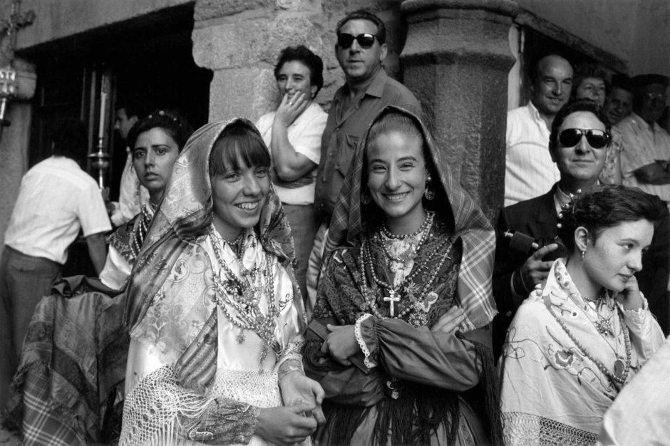 Zwart-wit foto van fijntjes uitgedoste jonge dames