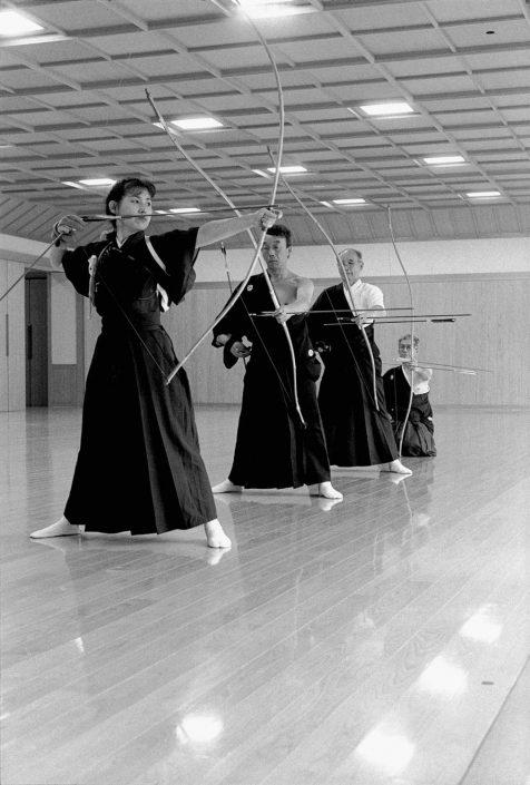 Zwart-wit foto van kyudo beoefenaars