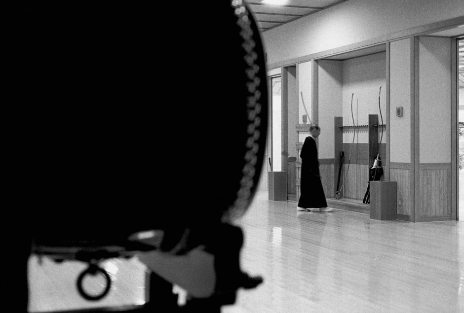 Zwart-wit foto van een kyudo sensei die zich concentreert voor hij op komt