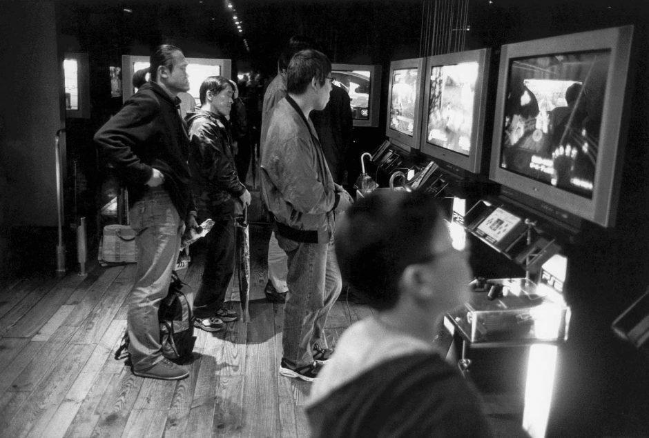 Zwart-wit foto van jongeren die de hardware in de Sony building bewonderen
