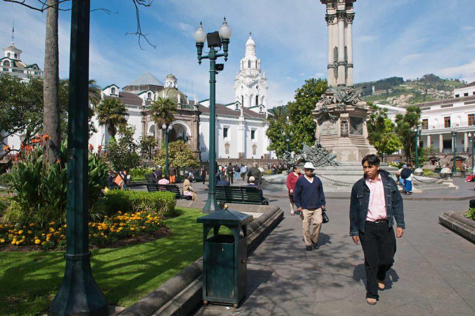 Kleurfoto van wandelenden mensen op de Plaza de Independencia