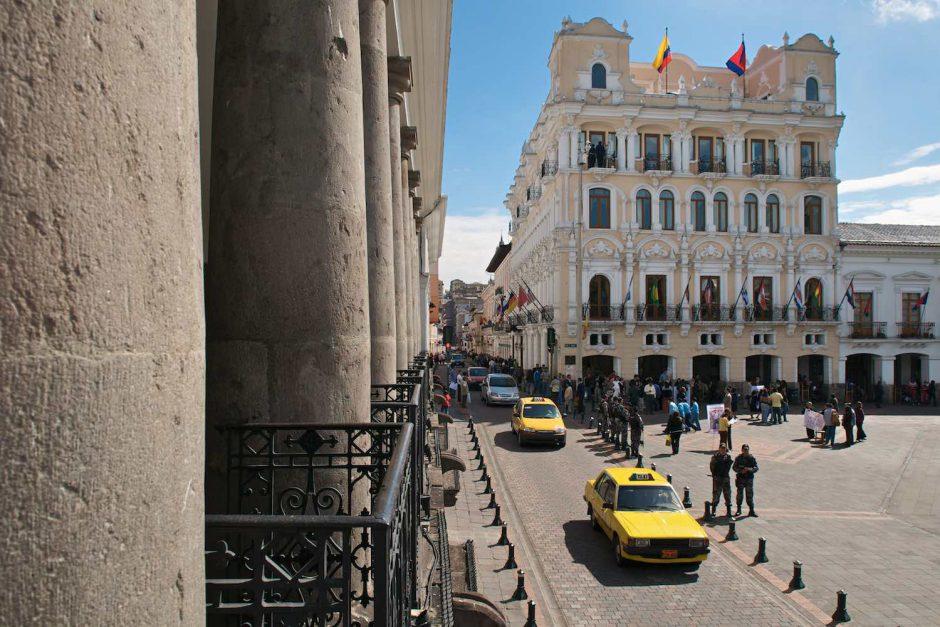 Kleurfoto van taxi's op de Plaza de Independencia