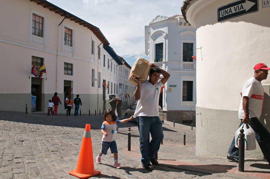 Kleurfoto van een verkeerskegel in de heuvels van het historisch centrum van Quito
