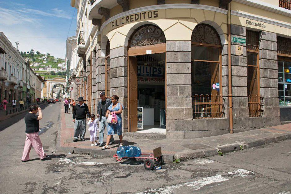 Kleurfoto van een gezelschap komt samen op een straathoek in het historisch centrum van Quito