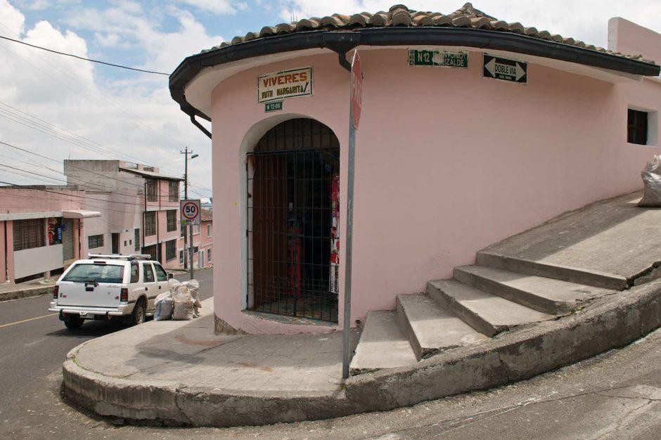 Kleurfoto van een hoekhuis in koloniale stijl