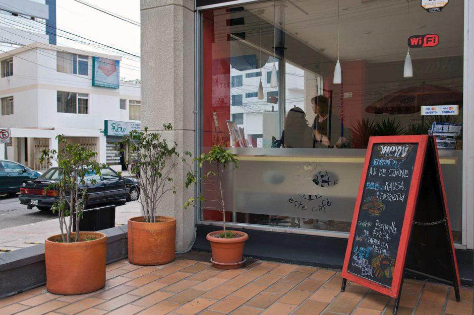 Kleurfoto van een op het terras van een koffiebar