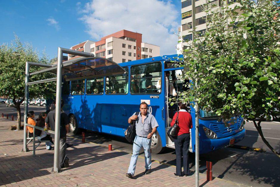 Kleurfoto van een man die net uit de bus getapt is in Quito