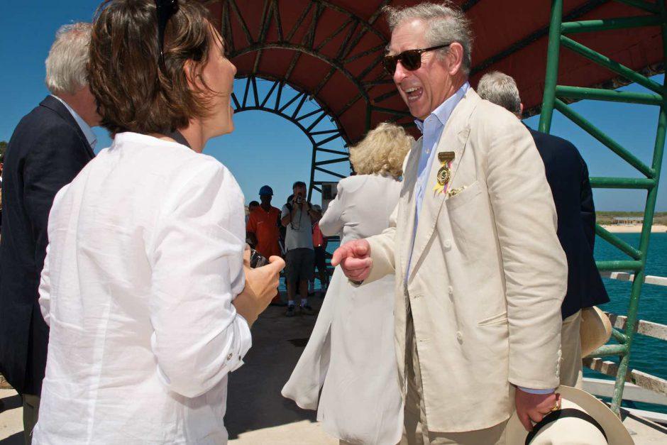 Kleurfoto van een toevallige ontmoeting met kroonprins Charles en zijn gemalin Camilla