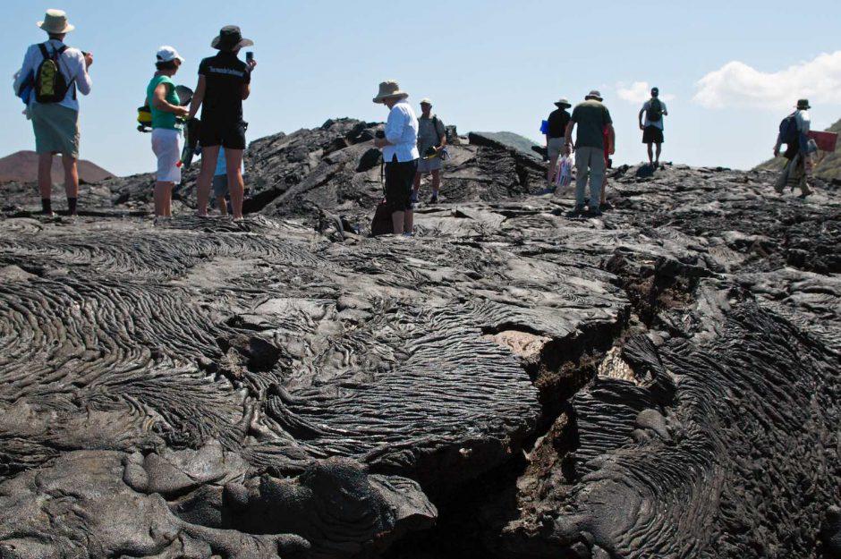 Kleurfoto van een gestold lava op Isla Santiago