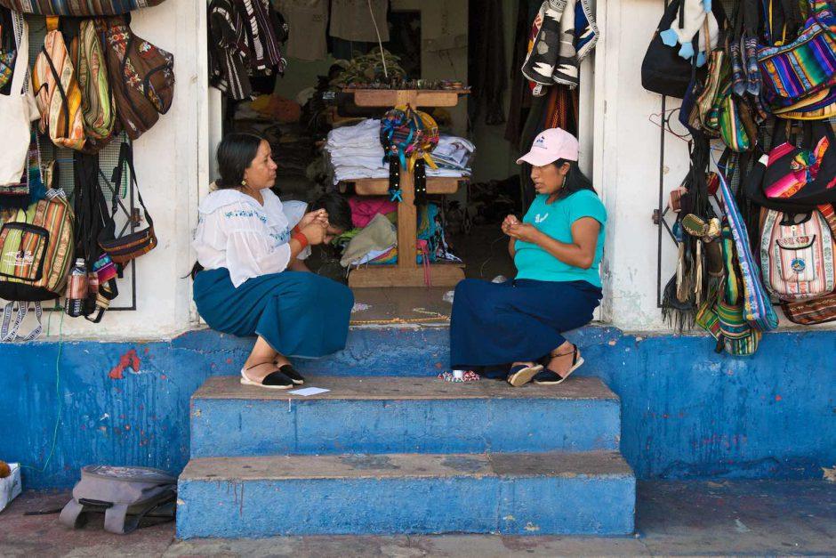 Kleurfoto van een twee inheemse dames stellen hun handwerk te koop