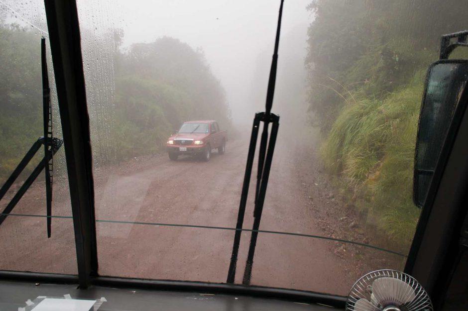 Kleurfoto vanuit de bus gemaakt