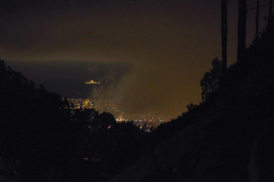 Kleurfoto van Quito bij nacht
