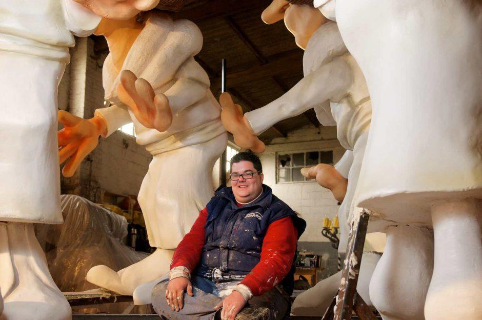 Kleurportret van Kenneth Meuleman in de voorbereiding van de carnavalsstoet in Aalst
