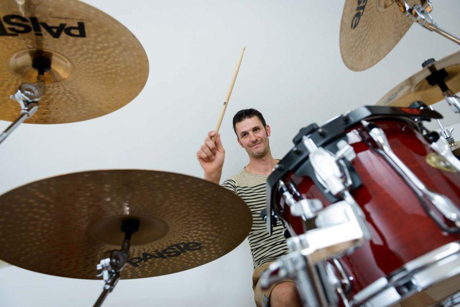 Kleurportret van drummer Jimmy Smedts achter zijn drumstel