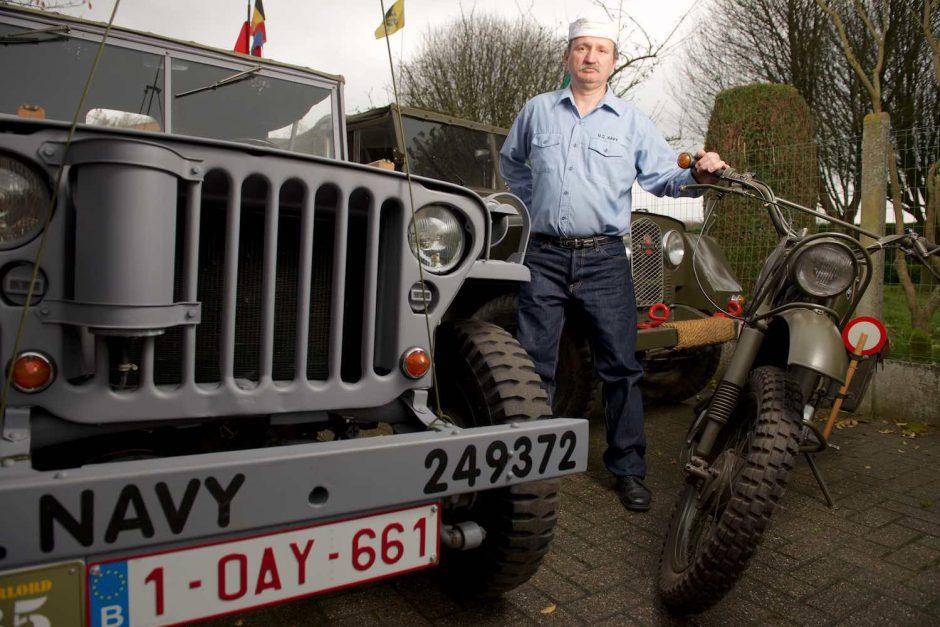 Kleurportret van Dirk Van Wijnberge bij zijn oorlogsvoertuigen