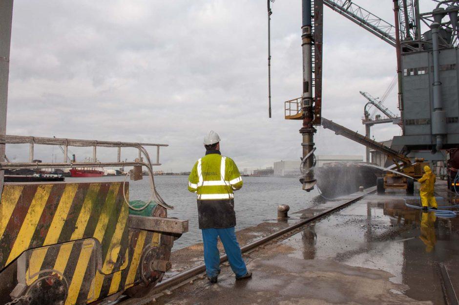 Kleurfoto van havenarbeiders aan het werk