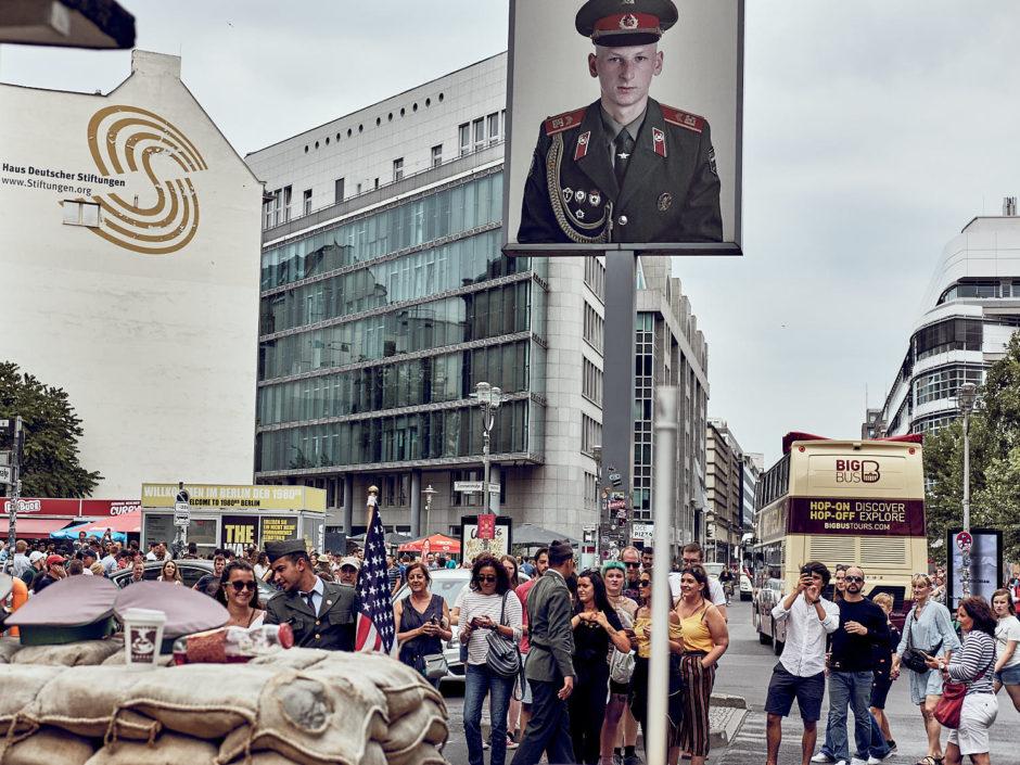 Kleurfoto van Checkpoint Charlie met beeld van onbekende Russische soldaat