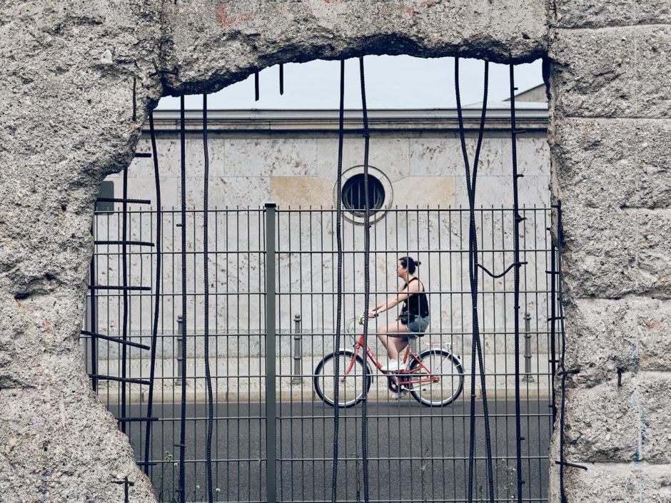 Kleurfoto van een gat in de Berlijnse muur