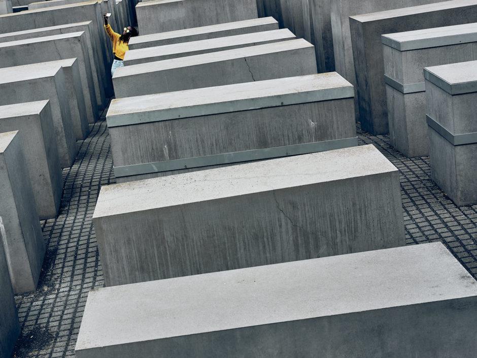 Kleurfoto van een jonge dame die een selfie maakt aan het Memorial to the Murdered Jews of Europe