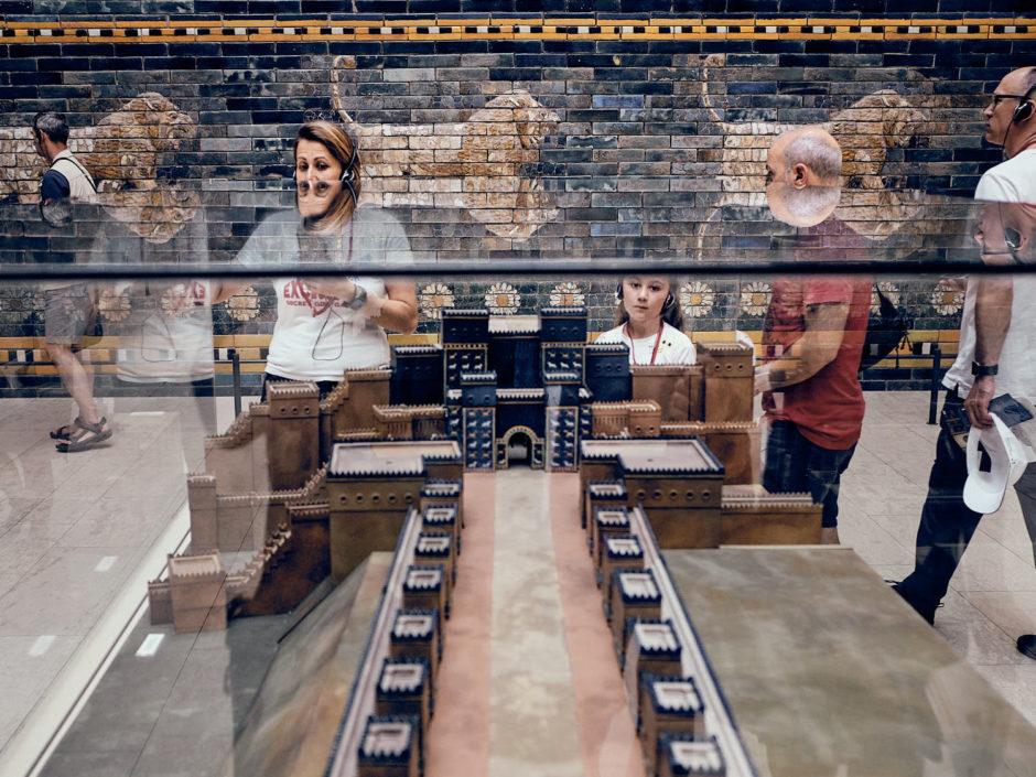 Kleurenfoto van bezoekers in het Pergamonmuseum